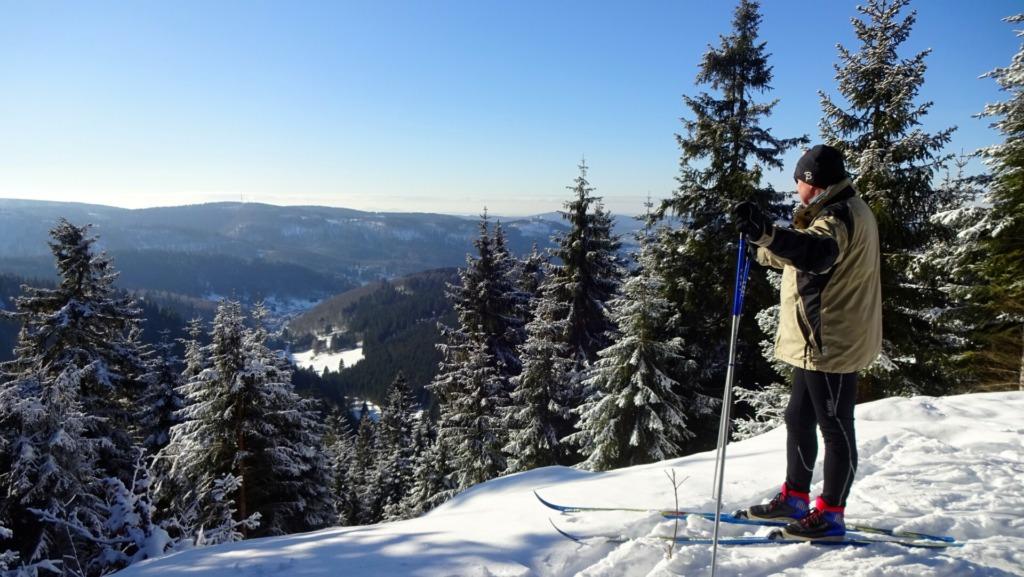 Skiläufer mit Blick in den Pochwerksgrund