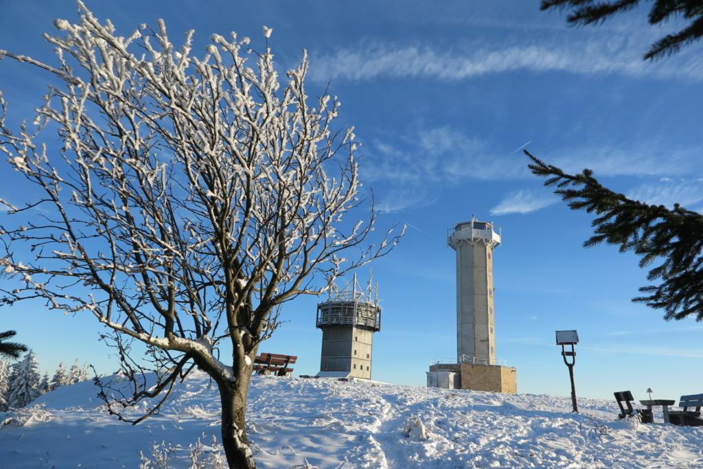 Auch im Winter kann man bei guter Sicht einen fantastischen 360 Grad Rundumblick auf die höchsten Erhebungen des Thüringer Waldes genießen