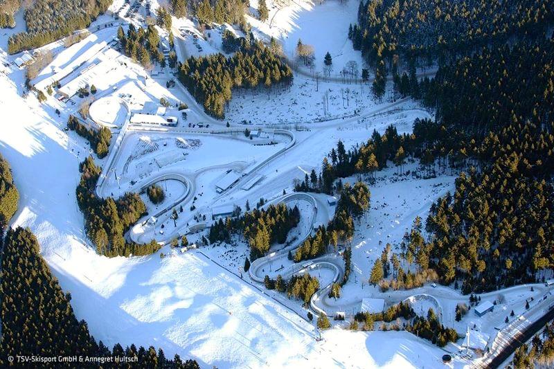 Snowpark mit Rennrodelbahn und alpinem Skihang