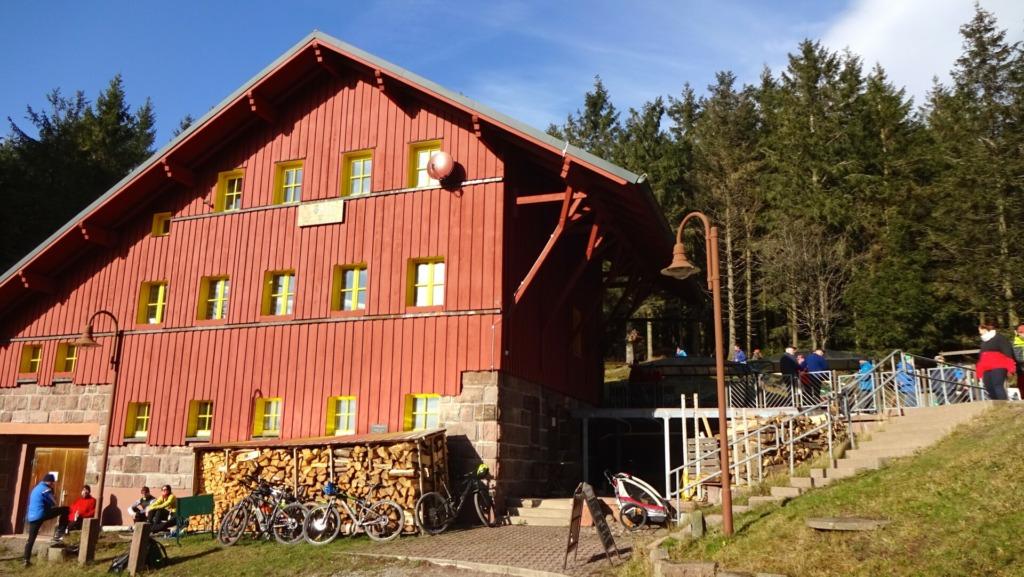 Suhler Hütte, eine von vielen urigen Wanderhütten zum Verweilen